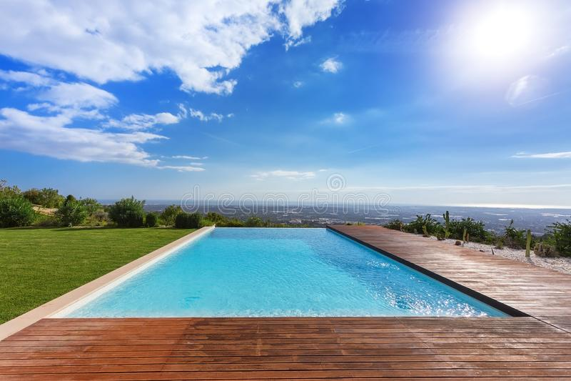 Nowożytny niekończący się nieskończoność basen Z widokami krajobraz zdjęcia stock