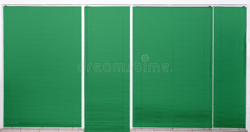 Nowożytny okno z zamkniętymi zielonymi storami zdjęcia stock
