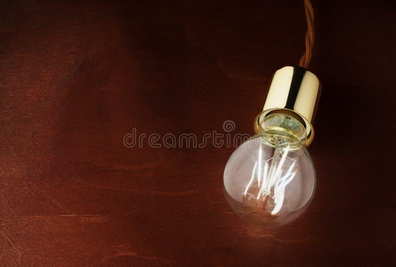 Nowożytny oszczędnościowy DOWODZONY oświetlenie DOWODZONA lampa na drewnianym stole obraz stock