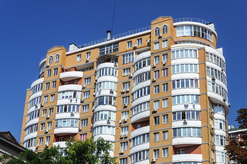 Nowożytny piętrowy budynek mieszkalny zdjęcia stock