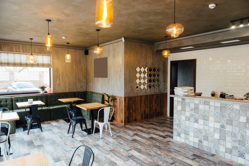 Nowożytny pizzeria wnętrze z szarość tynkiem na ścianach obraz stock