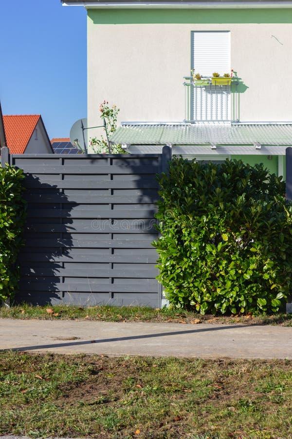 nowożytny popielaty drewniany ogródu ogrodzenie zdjęcia stock