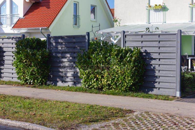 nowożytny popielaty drewniany ogródu ogrodzenie obrazy stock