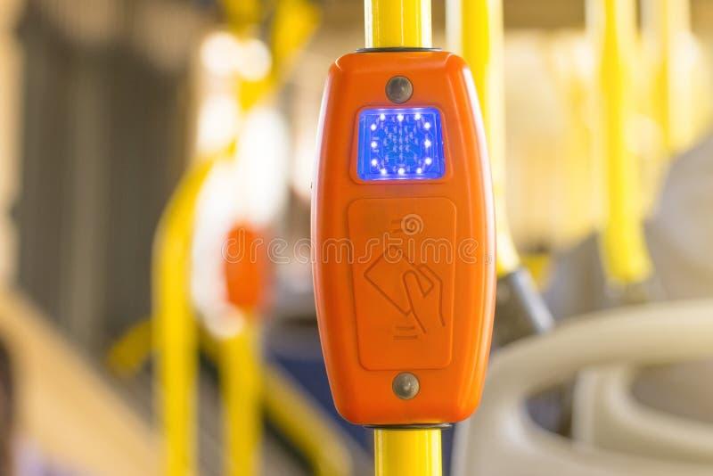 Nowożytny prepaid transportu publicznego metkowania system, zapłata bank kartami z uzasadnienie maszyną przy wejściem autobus i i obrazy stock