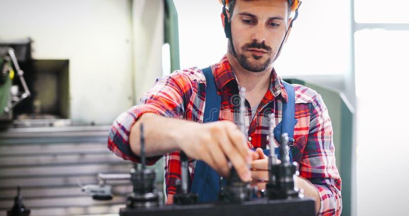 Nowożytny Przemysłowy Maszynowy operator Pracuje W fabryce fotografia royalty free