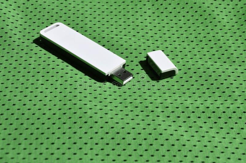 Nowożytny przenośny USB fi adaptator umieszcza na zielonym sportswear robić poliestrowy nylonowy fibe obrazy stock