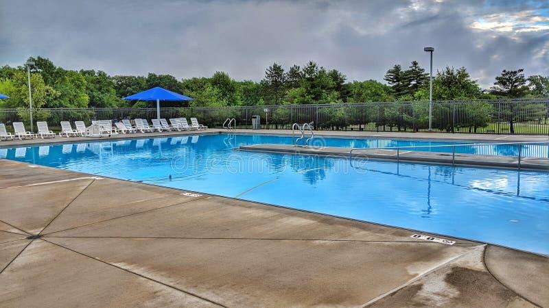 Nowożytny Pusty pływacki basen w lecie zdjęcie royalty free