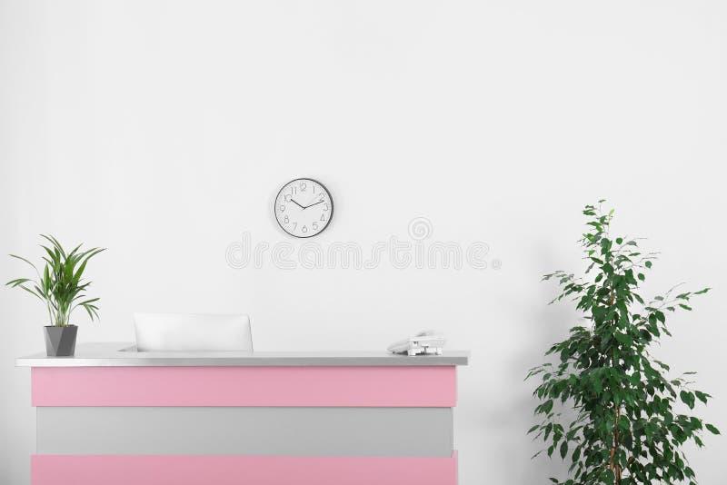 Nowożytny recepcyjny biurko w piękno salonie ilustracji