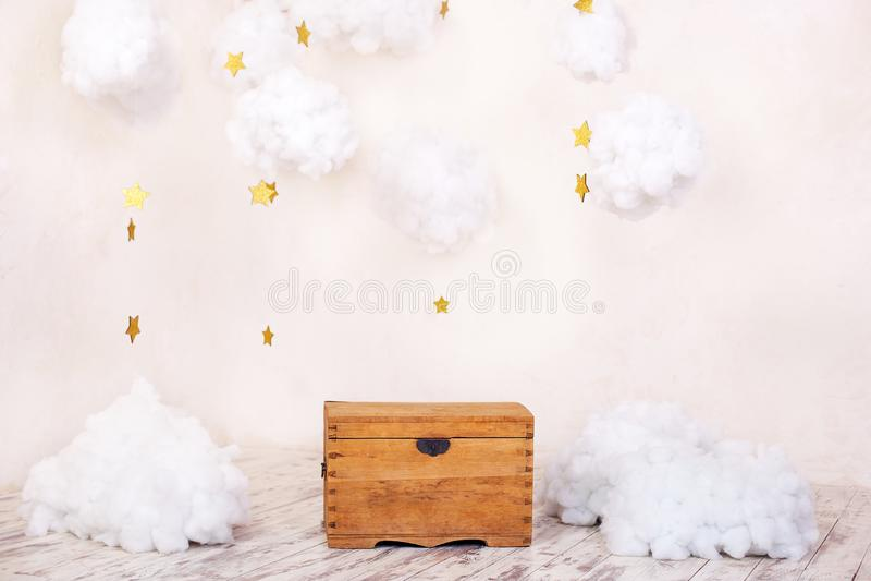 Nowożytny rocznika wnętrze dziecko pokój z starą drewnianą klatką piersiową na tle textured ściana z chmurami Dziecka ` s p zdjęcie royalty free