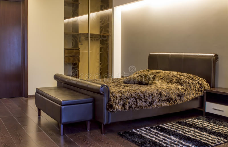 Nowożytny rzemienny sypialni wnętrze zdjęcia royalty free
