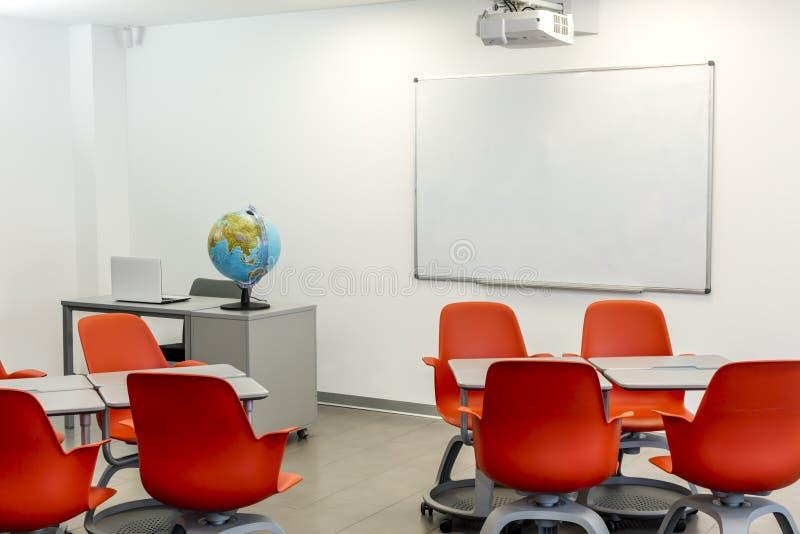Nowożytny sala lekcyjnej wnętrze z białą deską, movable krzesła i stoły, i zdjęcie stock