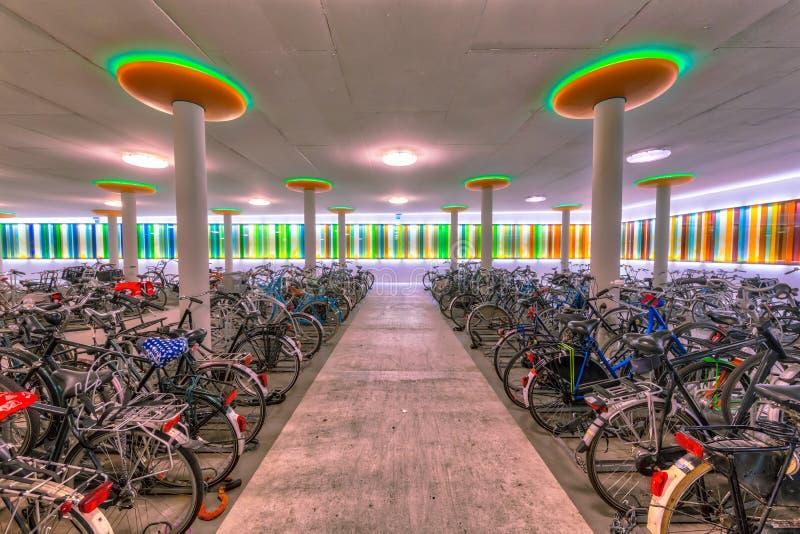 Nowożytny salowy rowerowy parking zdjęcie royalty free