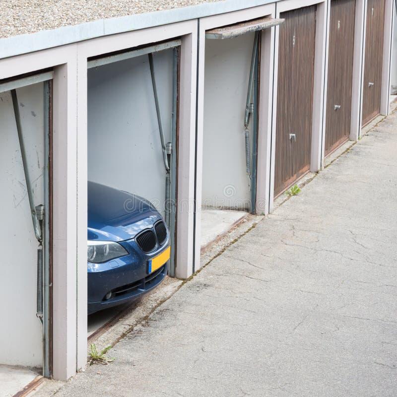Nowożytny samochód w starym garażu samochód jest duży dla garażu fotografia royalty free