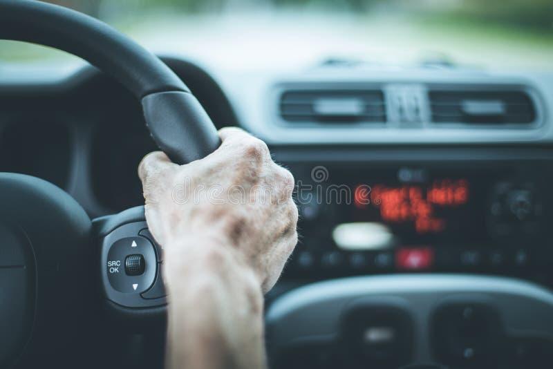 Nowożytny samochodowy wnętrze: Samiec ręki na sporta samochodu kierownicie zdjęcie royalty free