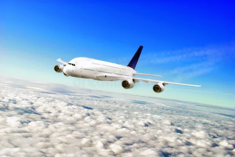 Nowożytny samolot w niebie blisko lotniska. fotografia royalty free