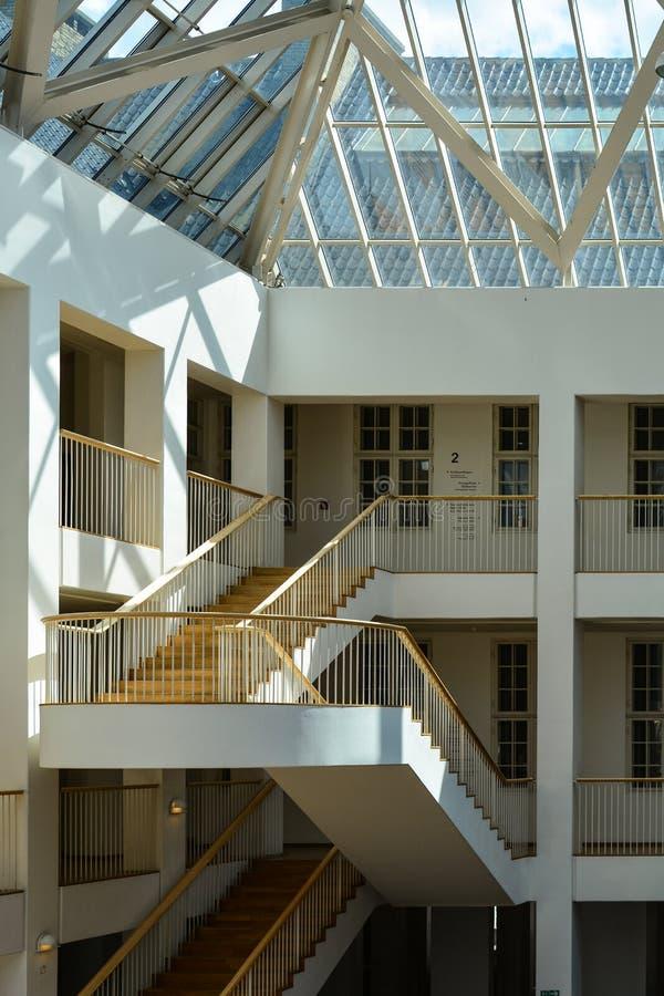 Nowożytny schody w atrium, Duński muzeum narodowe, Kopenhaga zdjęcie stock