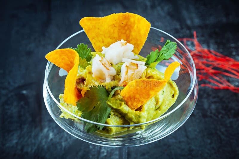Nowożytny serw guacamole w szkle Meksyka?ski jedzenie Avocado Guacamole i nacho Appertiv, zakąska kosmos kopii ostre jedzenie obraz royalty free