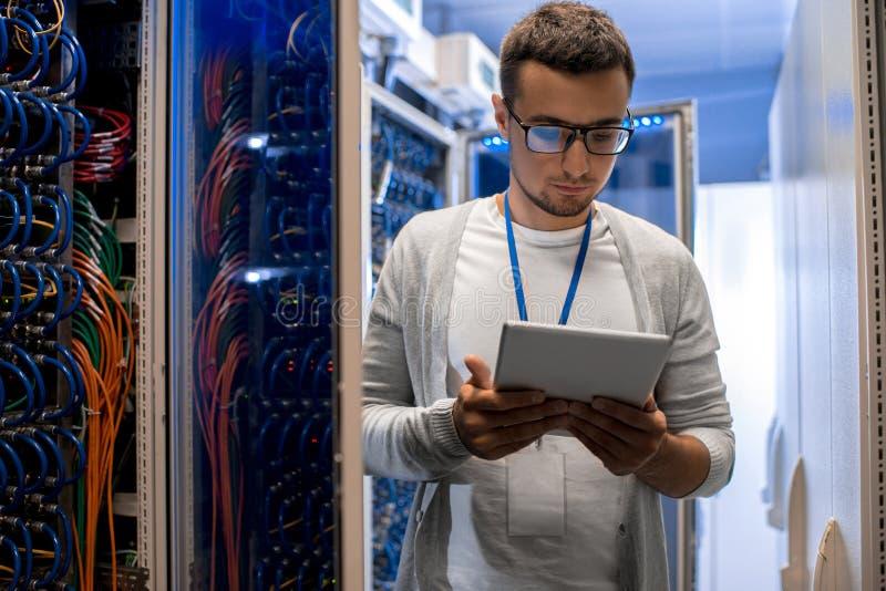 Nowożytny sieć inżynier Pracuje z superkomputerem obraz royalty free