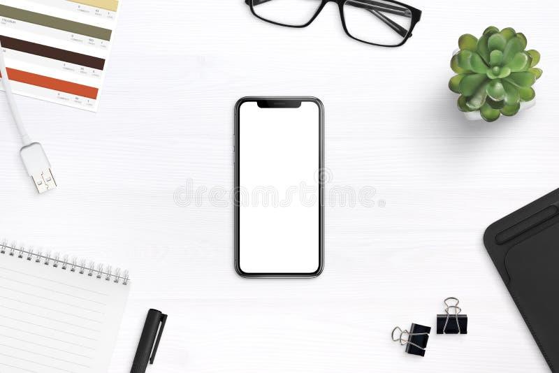 Nowożytny smartphone mockup na biurku otaczającym dostawami fotografia stock