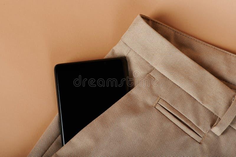 Nowożytny smartphone w spodnie kieszeni fotografia royalty free