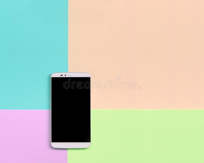 Nowożytny smartphone z czerń ekranem na tekstury tle mod pastelowych menchii, błękita, korala i wapna kolory, zdjęcie stock