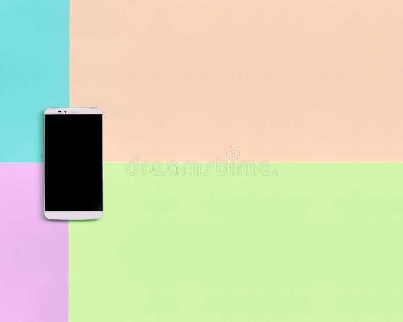 Nowożytny smartphone z czerń ekranem na tekstury tle mod pastelowych menchii, błękita, korala i wapna kolory, zdjęcia stock