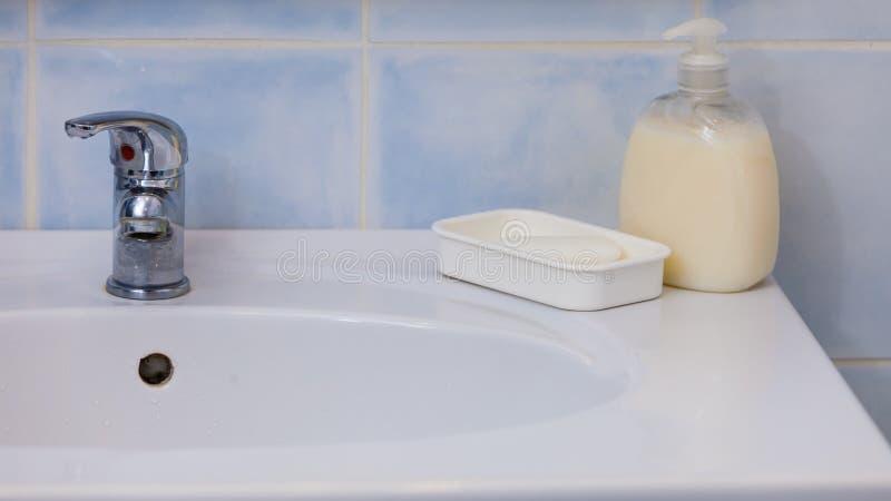 Nowożytny srebny biały zlew w łazience fotografia stock