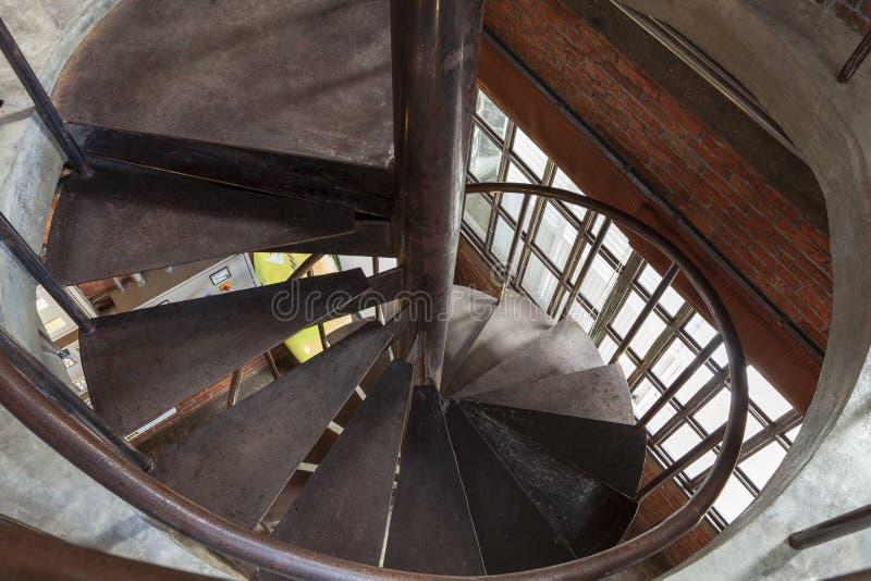 Nowożytny stalowy ślimakowaty schody w nowożytnym budynku zdjęcie royalty free