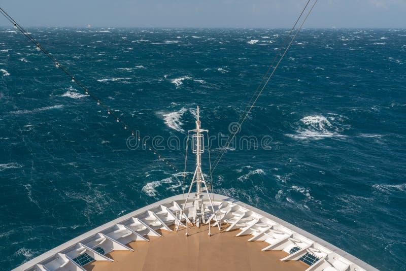 Nowożytny statek wycieczkowy podróżuje przez szorstkich morzy zdjęcia royalty free