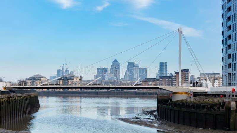 Nowożytny stopa most Przez rzekę Z Londyńskim ` s Pieniężnym okręgiem zdjęcie royalty free
