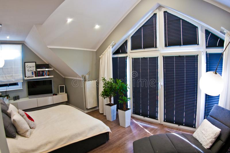 Nowożytny sypialni wnętrze w loft izbowym szerokim kącie obrazy royalty free