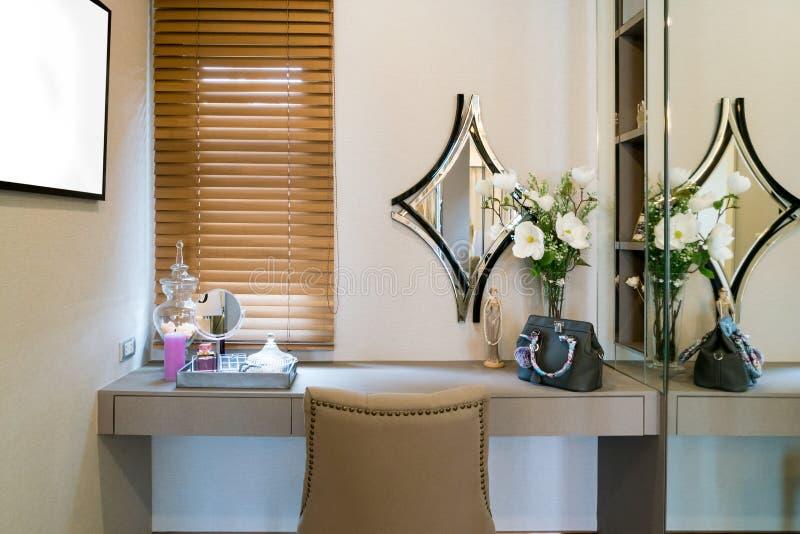 Nowożytny szafa pokój z stołem, lustrem i cosmeti makijaż bezcelowości, zdjęcie stock