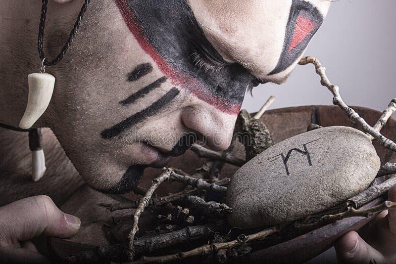 Nowożytny szaman podczas rytuału zdjęcia stock