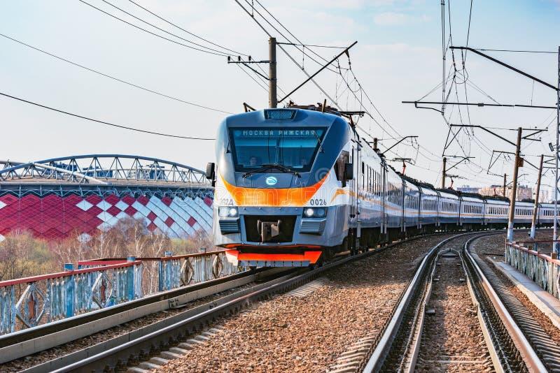 Nowożytny szybkościowy pociąg zbliża się na Otkrytie areny stadium Domowy stadium Spartak dru?yna futbolowa zdjęcie stock