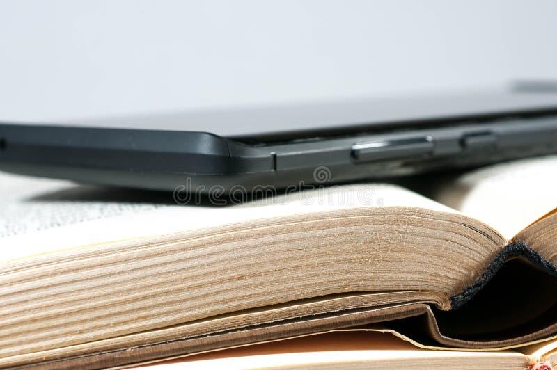Nowożytny telefon komórkowy na starych żółtej książki stronach zamyka up fotografia stock
