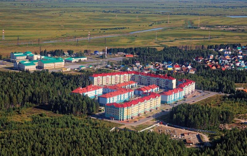 Nowożytny teren ostatnio budował na obrzeżach Syberyjski miasto Khanty-Mansiysk zdjęcie stock