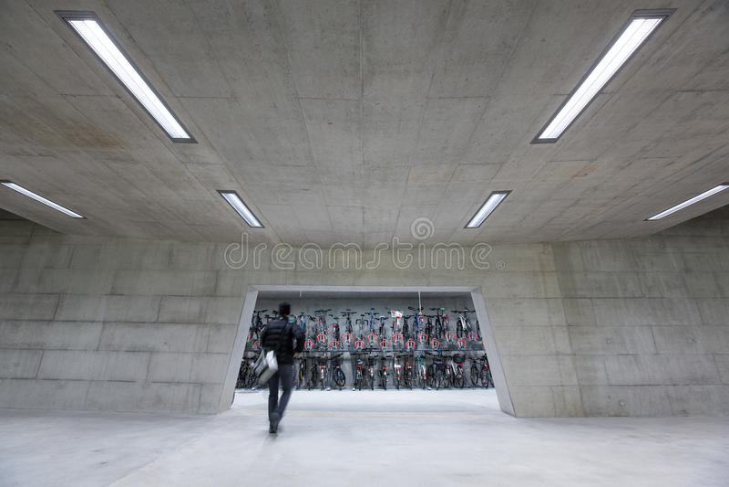Nowożytny Trainstation z bikestands pośpiechem obrazy royalty free