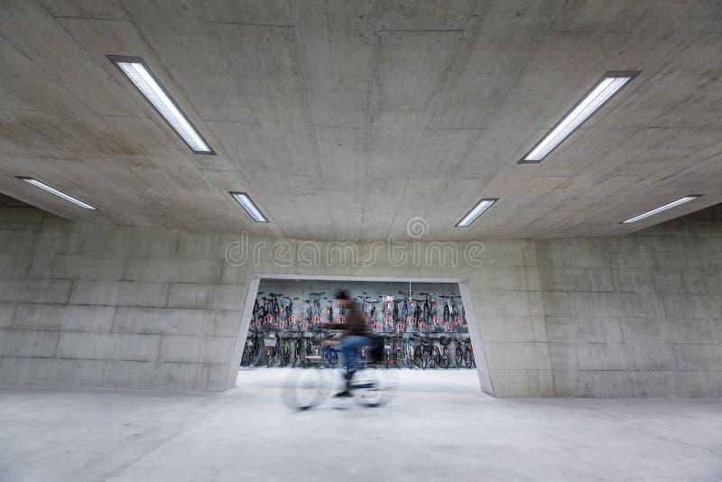 Nowożytny Trainstation z bikestands pośpiechem fotografia royalty free