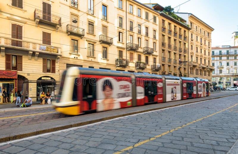 Nowożytny tramwaj w Mediolan, Włochy obraz royalty free