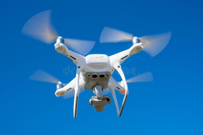 Nowożytny truteń, quadrocopter jest w powietrzu przeciw tłu trawa i niebo fotografia royalty free