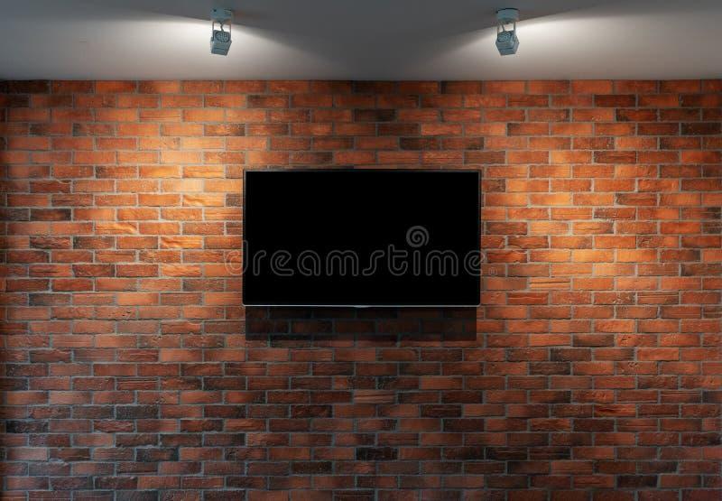 Nowożytny TV z pustym czerń ekranem, wiesza na czerwonej ścianie z cegieł zdjęcie stock