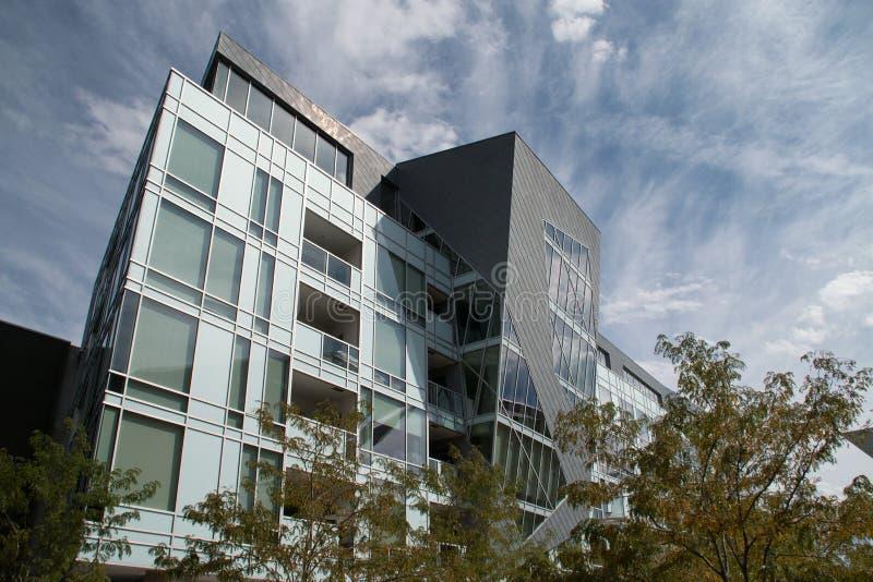 Nowożytny W centrum budynek mieszkaniowy obraz royalty free