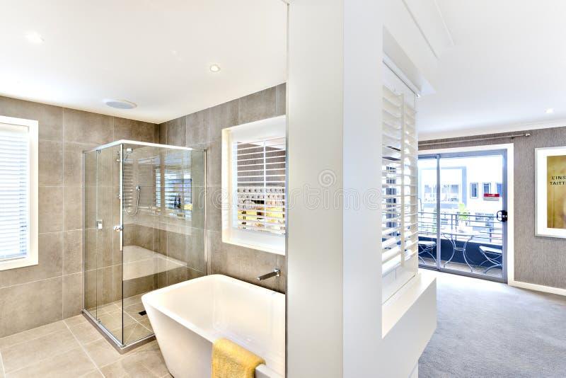 Nowożytny washroom dołączający korytarz outside obrazy stock