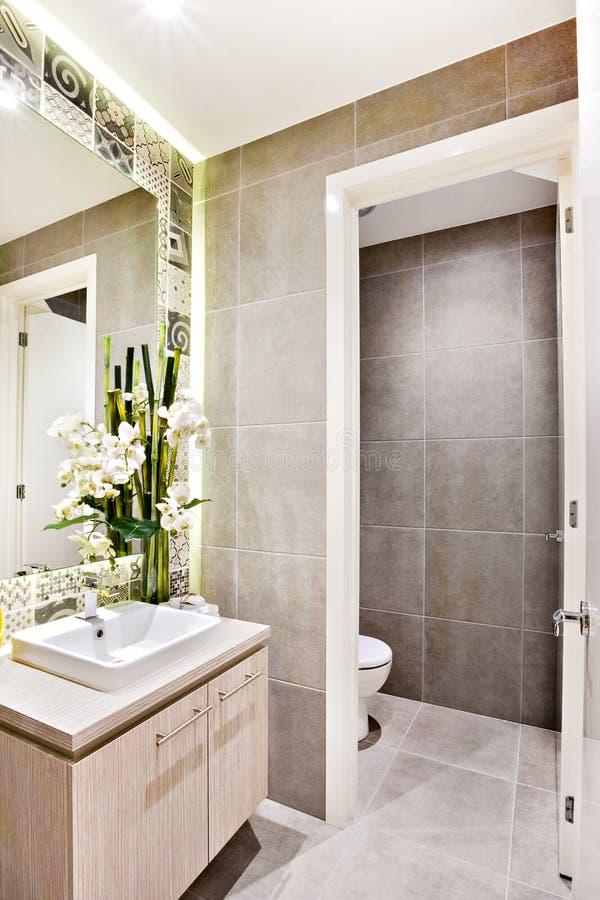 Nowożytny washroom z galanteryjnymi dekoracj rzeczami obok lustra fotografia royalty free