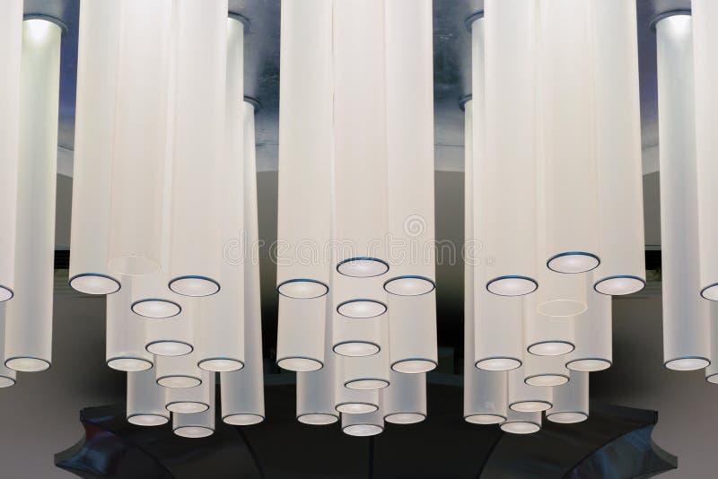 Nowożytny wewnętrzny oświetlenie - świecznik z udziałem dłudzy cylindryczni abażurki zdjęcia stock