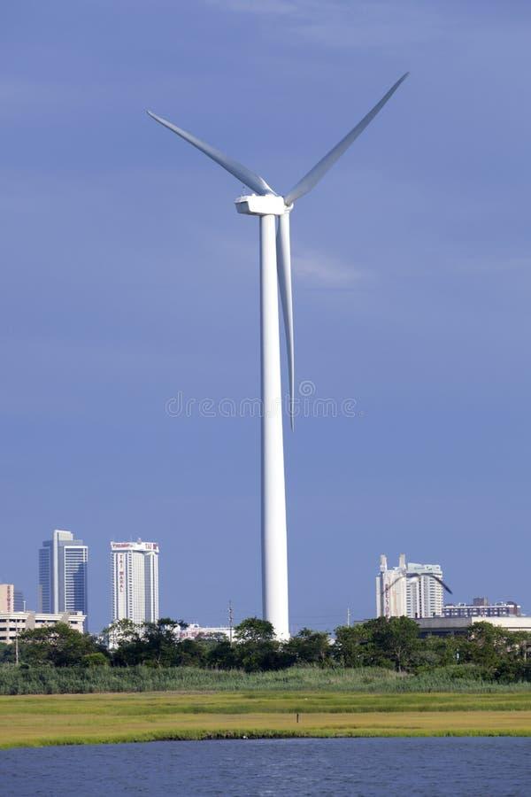 Nowożytny wiatraczka silnik wiatrowy w nabrzeżnym położeniu w Atlantyckim mieście, Nowym - bydło zdjęcia stock