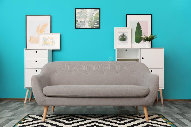 Nowożytny wnętrze żywy pokój z wygodną szarą kanapą obrazy royalty free