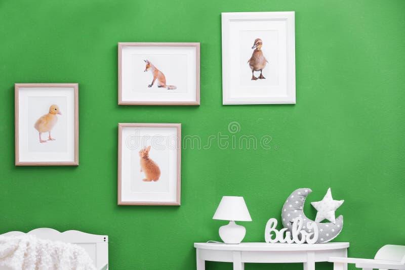 Nowożytny wnętrze dziecka ` s pokój z obrazkami obraz royalty free