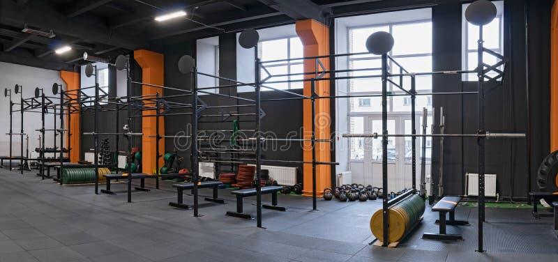 Nowożytny wnętrze gym dla sprawności fizycznej szkolenia z horyzontalnym barem i barbells fotografia royalty free