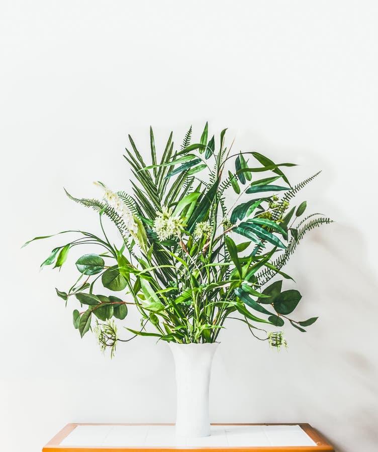 Nowożytny wnętrze z stołem i waza z zieloną tropikalnej rośliny wiązką na pustym bielu izolujemy tło zdjęcia stock